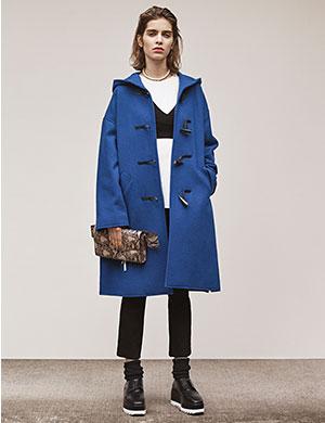 定番人気のダッフルコートは、ボックスシルエットのデザインを選んでさりげなくトレンドをプラス。<br>コートのカラーを活かしてモノトーンにまとめるとすっきり大人の着こなしに見せてくれます。