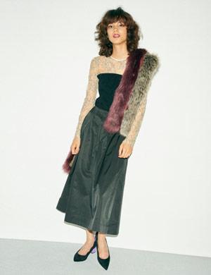 トレンドのビスチェをドッキングしたレーストップスは、シンプルなスカートを合わせ華やかなデイリースタイルに。