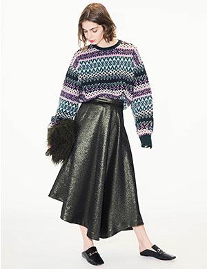 トラディショナルなアイテムをグロッシーなラメスカートと合わせて大人の遊びモードスタイルに。